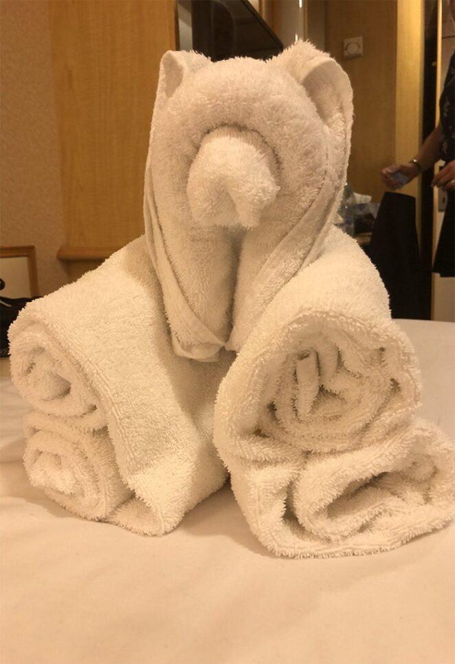 Веселые фигуры из полотенец, составленные горничными в гостиничных номерах.