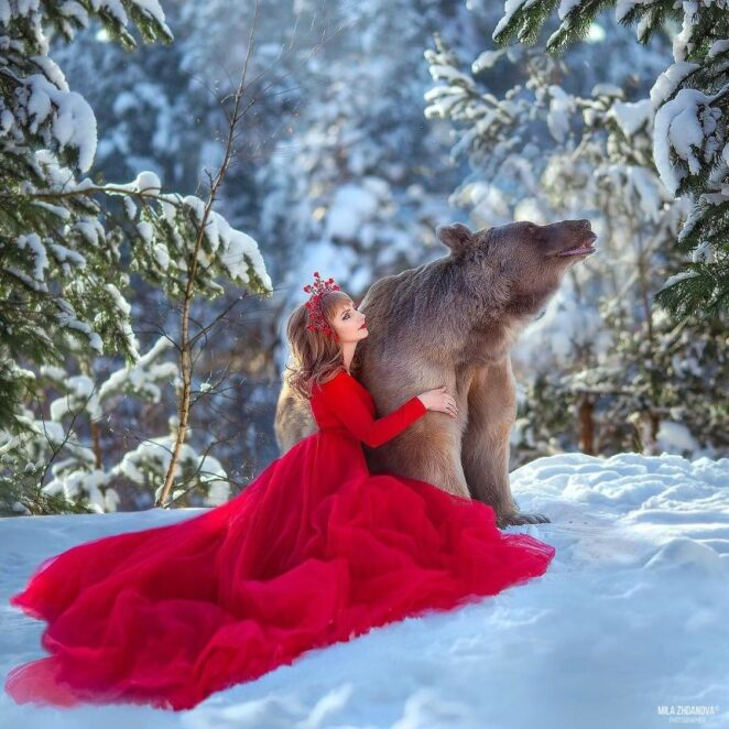 Русский бурый медведь, которого вырастили люди, начал свою модельную карьеру!